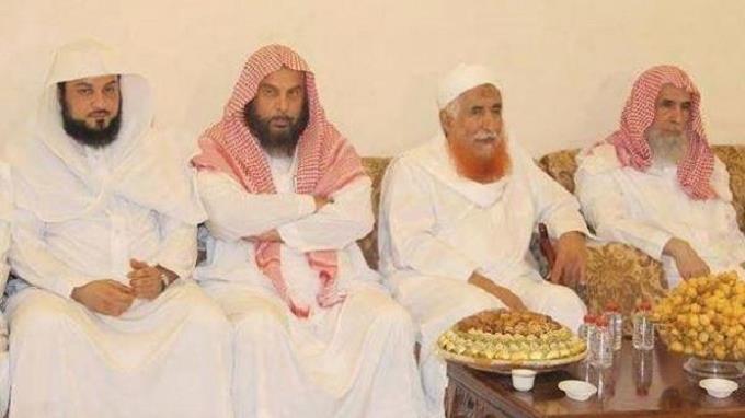 Autoridades y muftíes saudíes se reúnen con Abdulmajid al-Zindani (segundo de derecha), un alto cabecilla de Al-Qaeda.