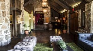 Le lobby de l'hôtel avec ses murs de pierre et ses impressionnantes poutres de bois.