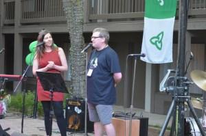Steve McInnis (CINN FM) et Véronique Soucy (Unique FM) animaient la soirée d'ouverture.