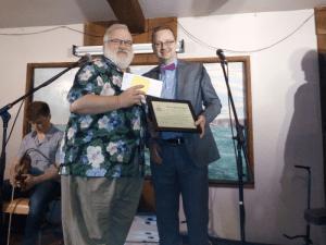 """Un savoureux """"blooper"""" de CIMS FM (Balmoral, N.-B.) aura permis à Pierre Bourque, directeur de la station, de décrocher le Prix APF de 500 $ que lui remet le président de l'ARC du Canada, Paul Demers."""