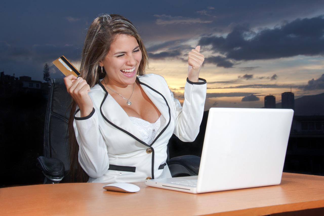 Jeune femme heureuse d'avoir fait un bon achat en ligne