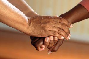 Quatre mains les unes par-dessus les autres