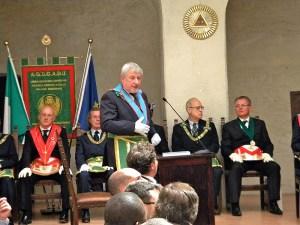 Il Bonvecchio in piedi al centro, il Gran Mestro Bisi con collare rosso a sinistra