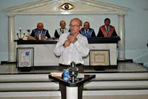 Il vescovo, durante il suo intervento al lodge, ha offerto   di lavorare per l'unione tra la Chiesa e la Massoneria.