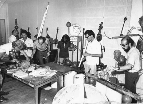 Walter Smetak encourageait les étudiants de l'Université de Bahia a créer leurs propres instruments.