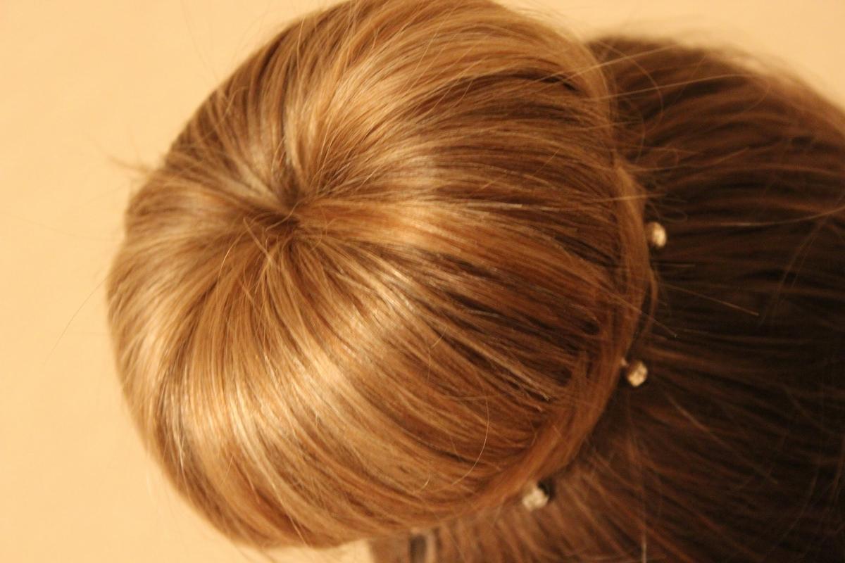 прическа с бубликом на средние волосы