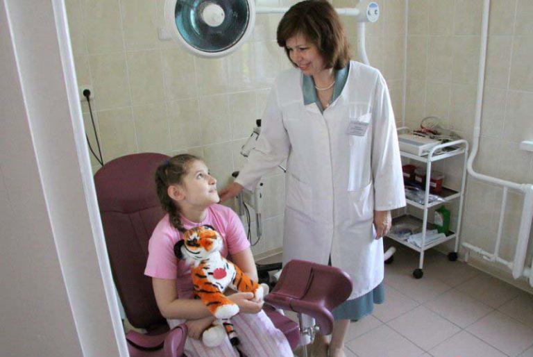 smotret-kak-ginekologi-osmatrivayut-zhenshin
