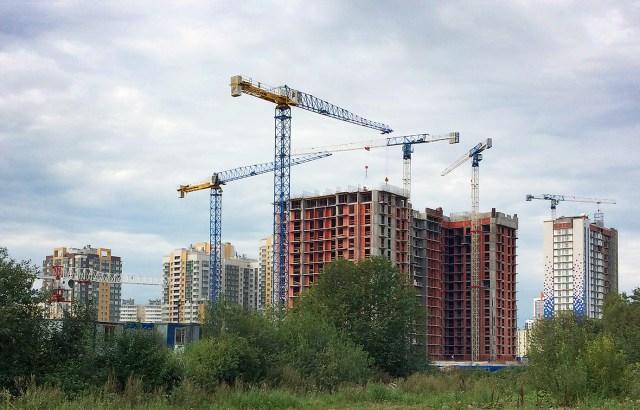 Two Raimondi MRT111 cranes erected in Saint Petersburg