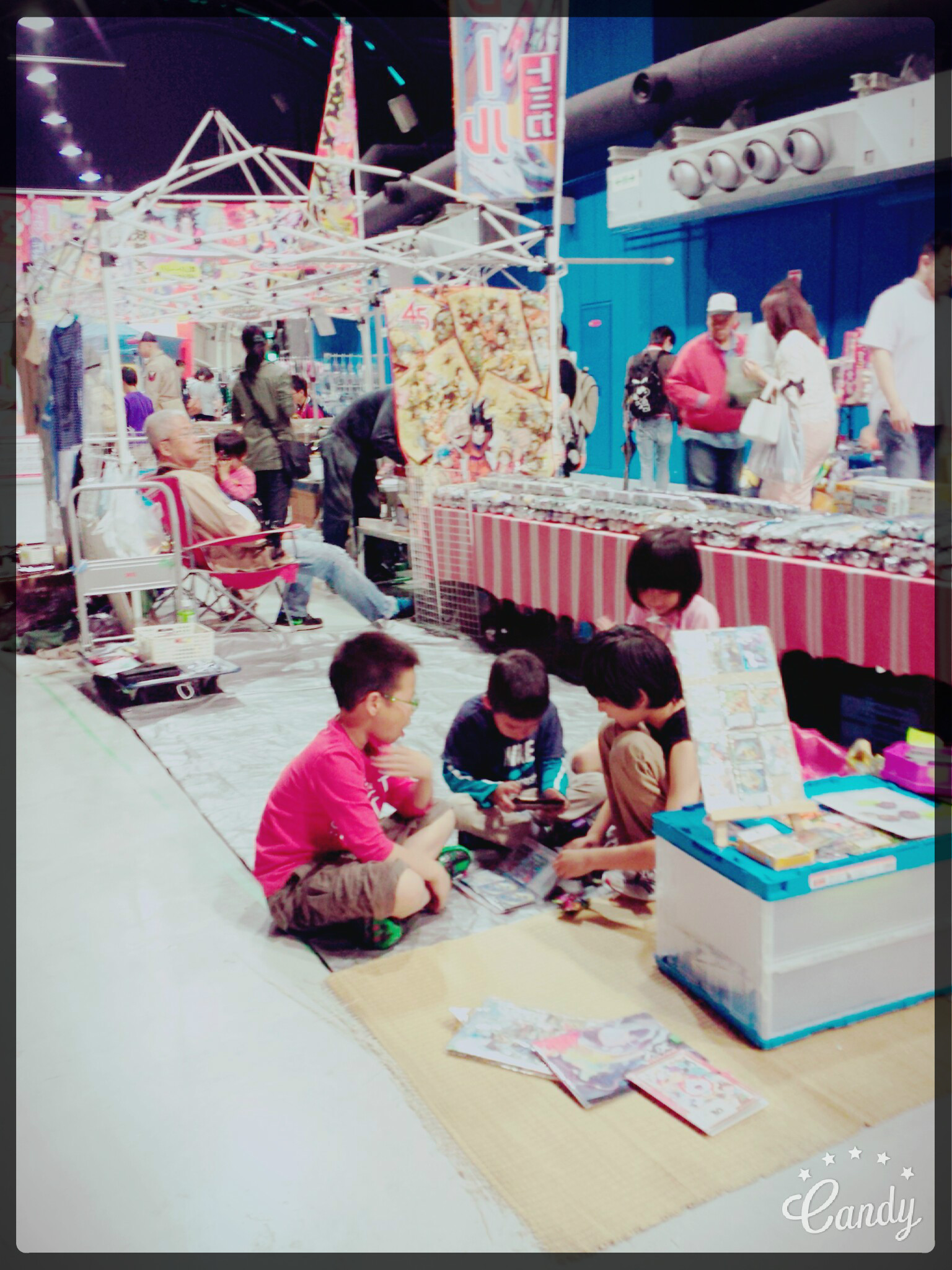 Visiting Flea Markets in Kansai.. Children playing.