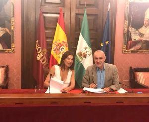 Un momento de la firma junto a Antonio Muñoz en el Ayuntamiento de Sevilla