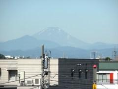 駅のプラットホームから撮影した富士山(2012年7月17日朝)