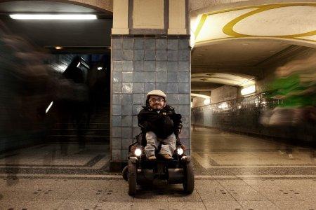"""""""Manchmal vergesse ich, dass du im Rollstuhl sitzt."""" – Meine Behinderung & ich"""