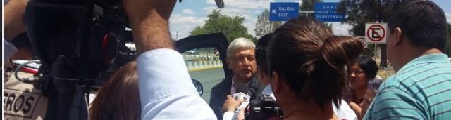 Andrés Manuel López Obrador, luego de dar por terminada de manera abrupta su entrevista con periodistas a su llegada al aeropuerto de Durango.