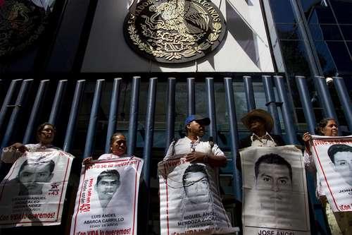 Sin resolverse el genocidio de Iguala pues el gobierno de Enrique Peña Nieto sigue encubriendo al Ejército mexicano.
