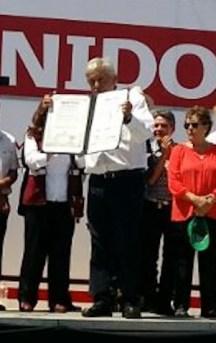 """Andrés Manuel López Obrador mostrando su """"Acuerdo de Unidad"""" con lo peor de la política duranguense."""