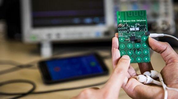 El prototipo del teléfono móvil que no necesita batería para funcionar, ya que funciona con energía medioambiental. Foto: Universidad de Washington.