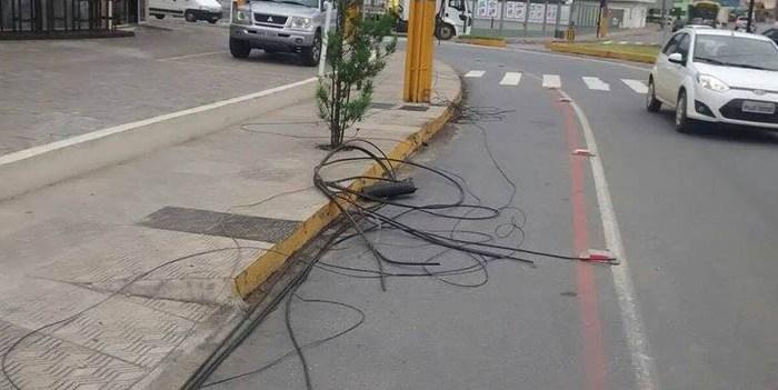 Caminhão arrebenta fios de telefone na Vila Nova