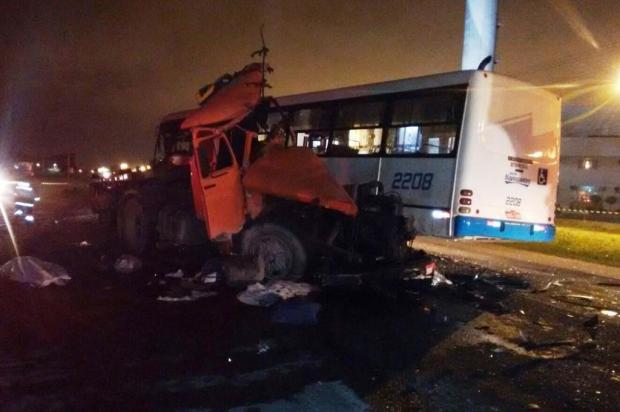 Batida entre carreta e ônibus deixa 2 mortos em SC