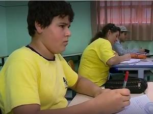 Mãe cursa 7º ano na mesma classe do filho de 13 em SC