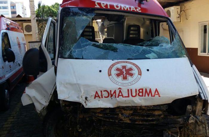 Ambulância capota e paciente morre na BR-280 em Mafra