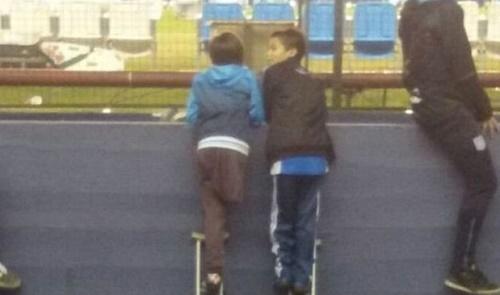 A comovente história do menino sem perna que emprestou muleta para amigo ver futebol