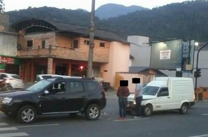 Colisão traseira entre dois veículos na Vila Nova