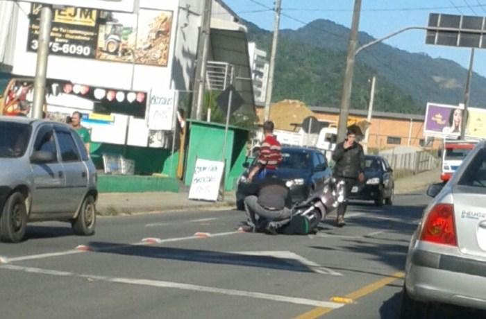 Motociclista fica ferida em acidente em Jaraguá do Sul