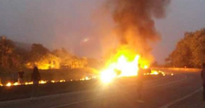 Após tombar, caminhão carregado com combustível pega fogo no PR