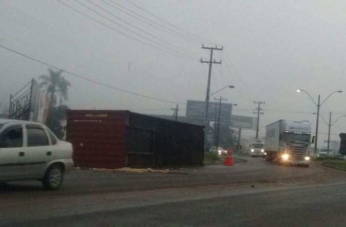 Caminhão capota na BR-280 em Guaramirim
