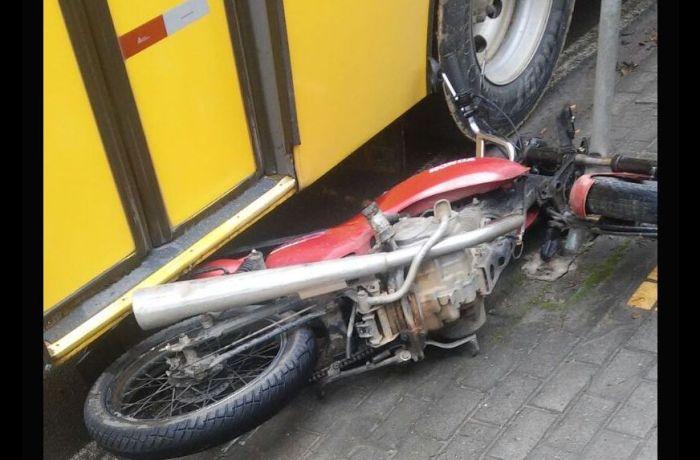 Acidente entre moto e ônibus em Jaraguá do Sul
