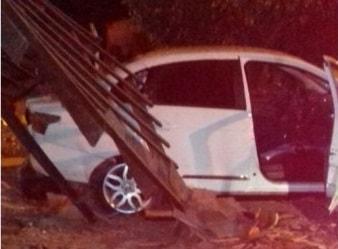 Carro destrói ponto de ônibus em frente a faculdade em Guaramirim