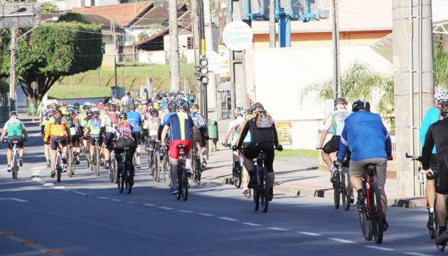 Carro atropela ciclista durante competição em Jaraguá do Sul