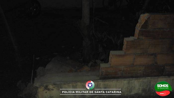 Motorista embriagado derruba muro em Guaramirim