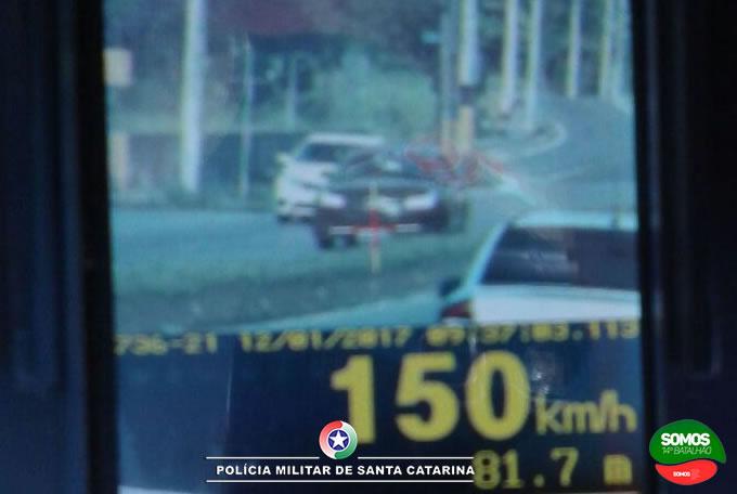Motorista flagrado a 150 km/h na Waldemar Grubba