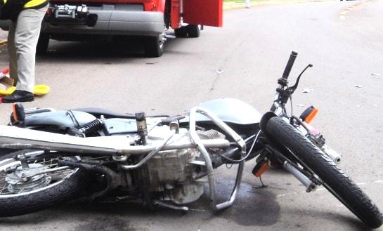 Motociclista bate em caminhão ao fugir da polícia em Guaramirim