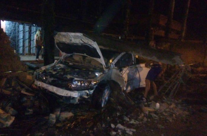 Pai e filho ficam feridos ao bater carro em poste no bairro Vieira