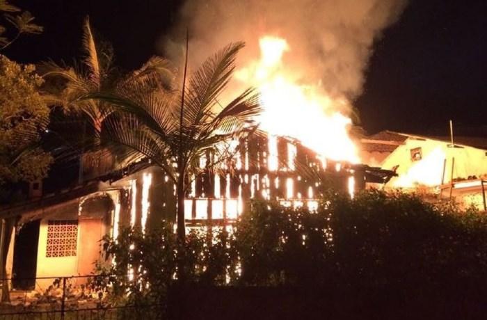 Fogo destrói casa em Barra Velha