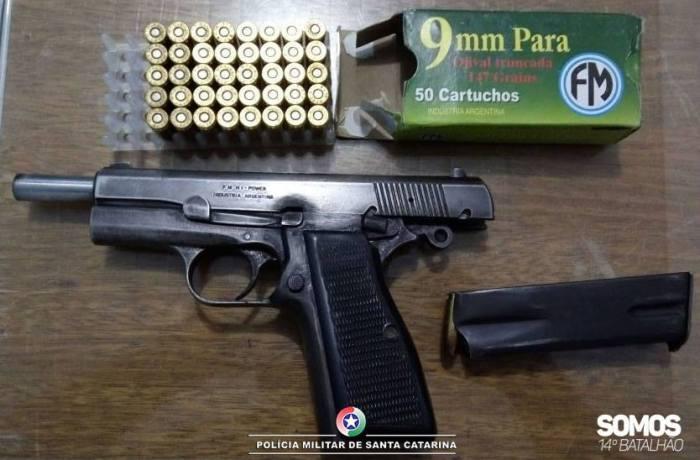 Arma de uso restrito é apreendida na Ilha da Figueira