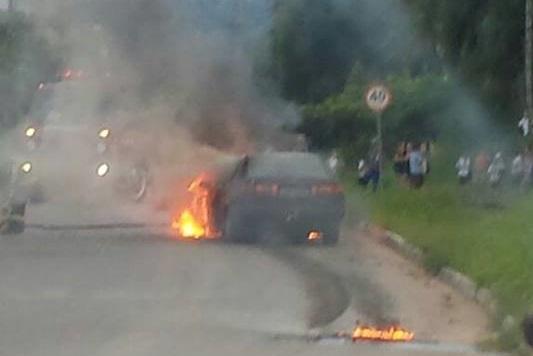Carro pega fogo em Corupá