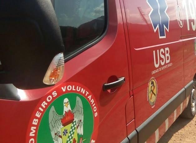 Mulher ferida com uma foice é socorrida pelos bombeiros em Schroeder