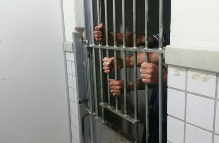 Presos em delegacia de São Bento chegam a ficar 20 dias em celas, sem banho, diz delegado