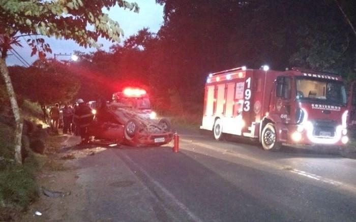 Carro capota após colisão com outro veículo em Schroeder