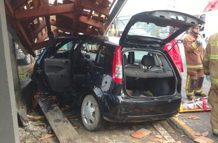 Motorista é socorrido após passar mal e bater carro na Barra do Rio Cerro