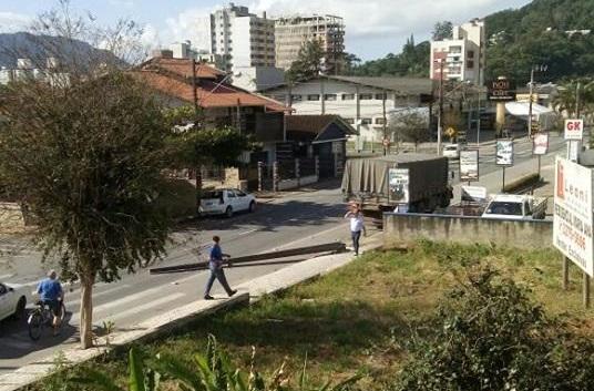 Caminhão bate em poste no bairro Vila Nova, em Jaraguá
