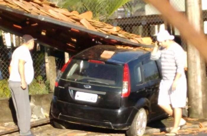 Veículo colide contra abrigo de passageiros na Barra, em Jaraguá