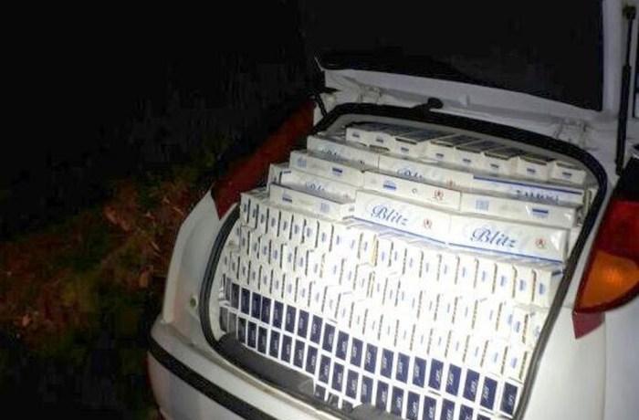 20 mil maços de cigarros são apreendidos após motorista bater carro durante fuga