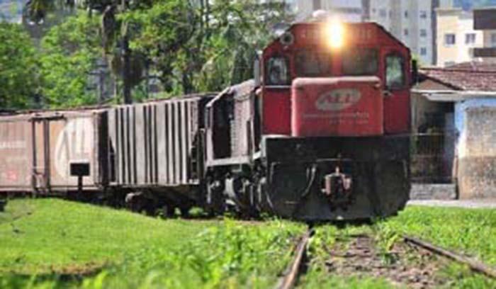 Motociclista bate em trem em Guaramirim