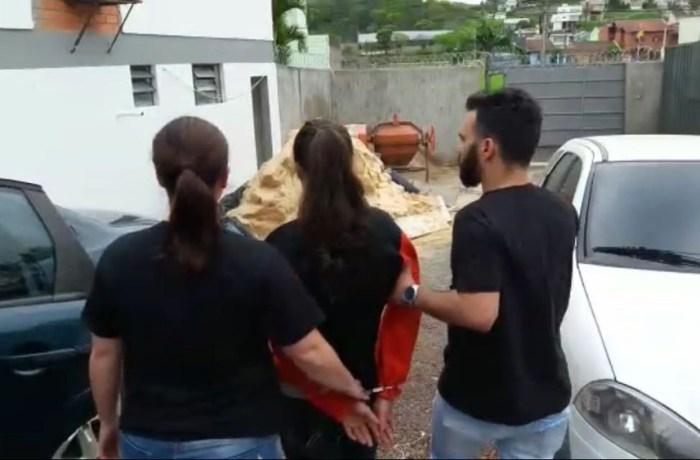 Mulher é presa suspeita de matar o próprio pai em SC e enterrá-lo no quintal de casa