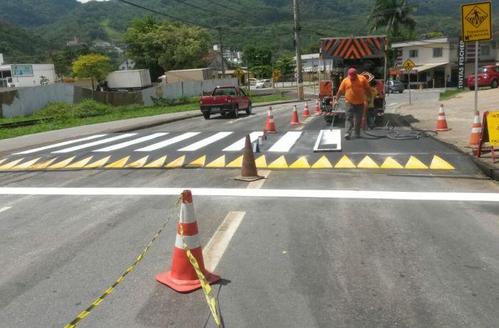 Nova faixa elevada é instalada na Rua Bernardo Dornbusch
