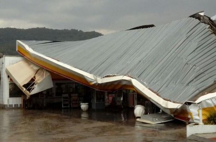 Temporal em Rio do Sul provoca destelhamentos e quedas de árvores